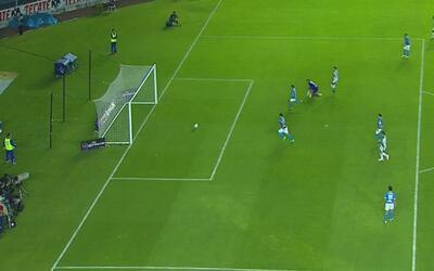 Carlos Fierro aprovecha una gran jugada colectiva para poner el 1-2 para...
