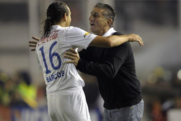 El técnico argentino Edgardo Bauzá festejando y abrazando a Hernán Barco...