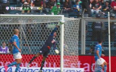 Paul Aguilar pone a prueba a Corona quien evita el gol de América