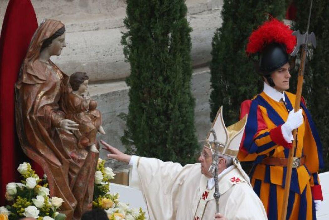 El Papa Francisco ingresa al altar erigido en el atrio de la Basílica de...