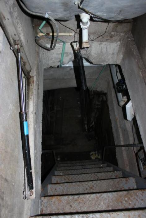 Al final del túnel había una escalera azul pegada a la pared que conducí...