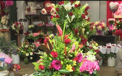 Comerciantes de Los Ángeles aprovechan la demanda de flores y detalles p...