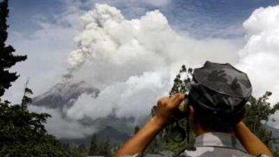 Las autoridades ecuatorianas se mantienen alerta para vigilar al volcán...