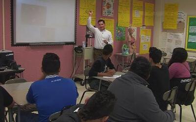 Para sus estudiantes no es solo un maestro, sino también un confidente y...