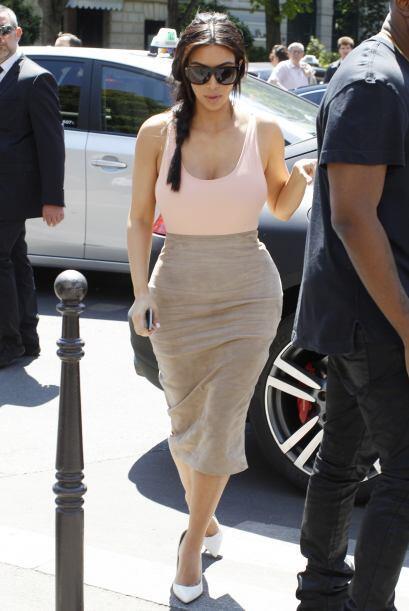 Optó por una falda ceñida al cuerpo y una blusa que dej&oa...