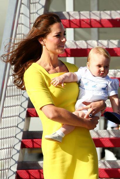 Optó por un vestido muy llamativo en color amarillo. Más v...