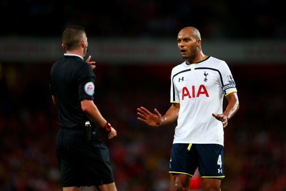 El defensa francés del Tottenham Younes Kaboul de origen marroquí puso u...