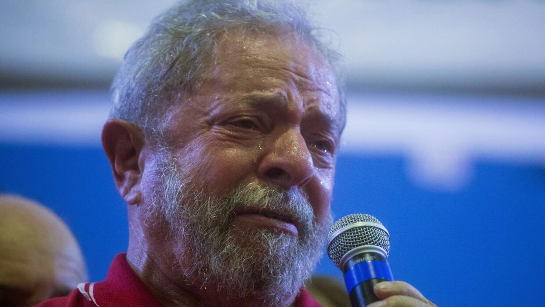 El expresidente brasileño Lula llora en un mitin tras su detenci&...