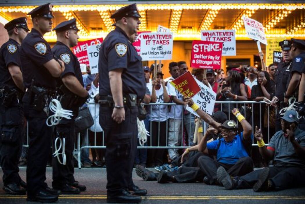 La policía los detuvo por bloquear el tránsito.