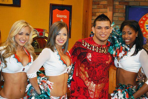 Escudero no perdió la oportunidad de tomarse su foto con estas chicas...