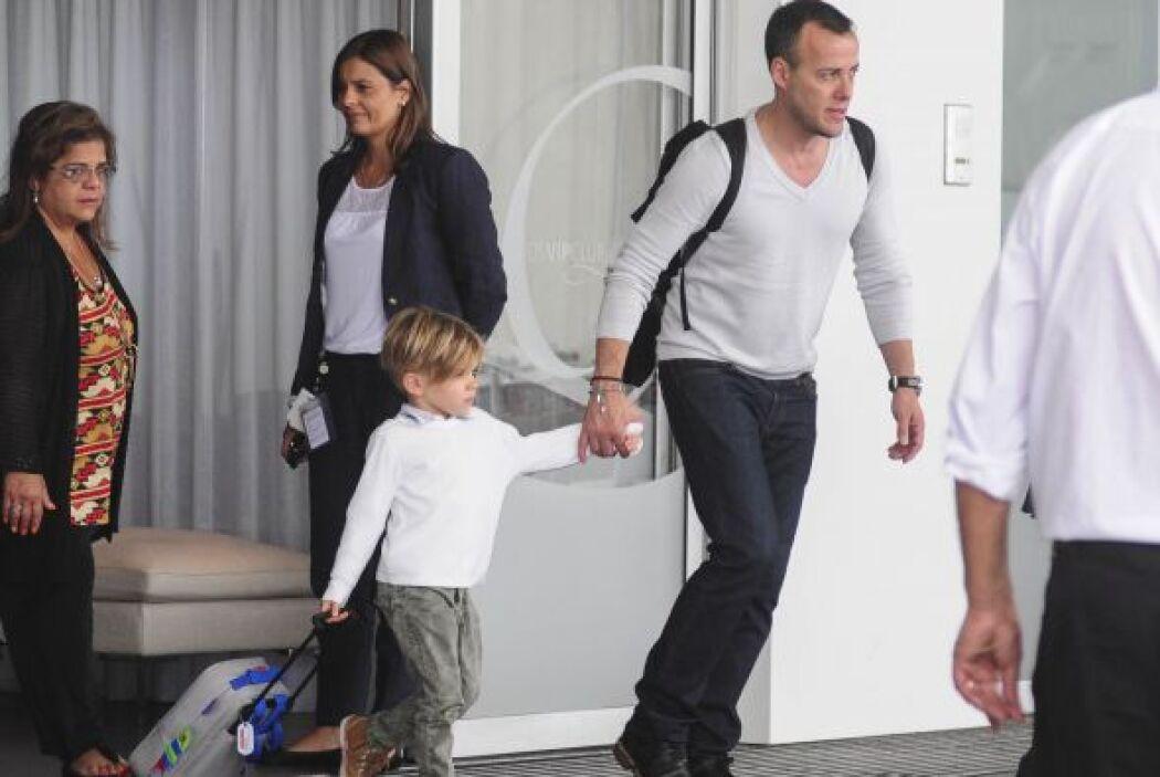 El cantante no se separa de sus pequeños para nada, llegó con Matteo y V...