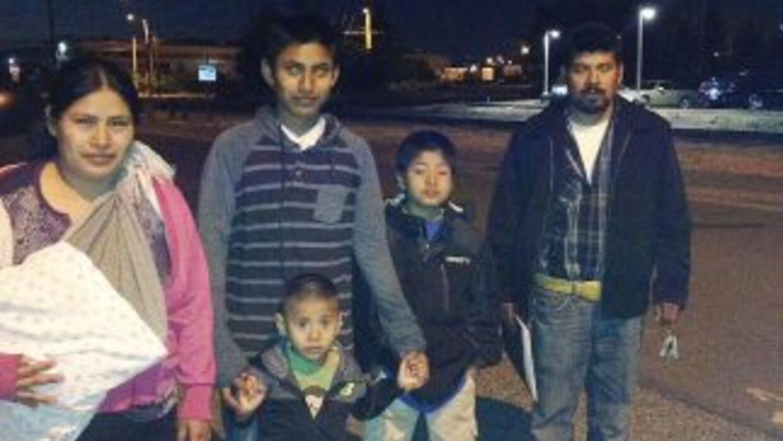 El inmigrante de origen mexicano Alfredo Juárez-Caferino junto a su fami...