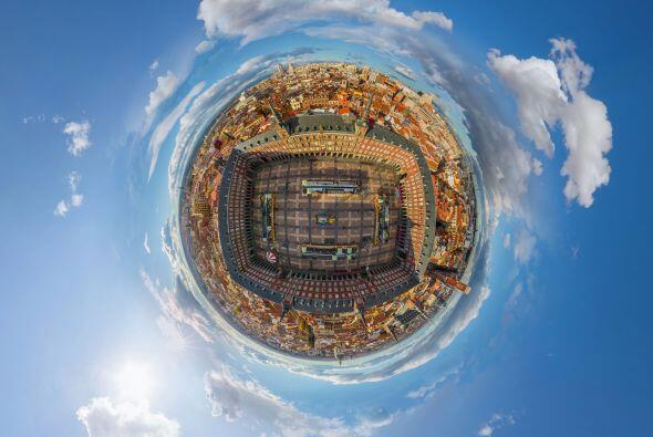 La plaza Mayor de Madrid, España vista desde arriba y con este ef...