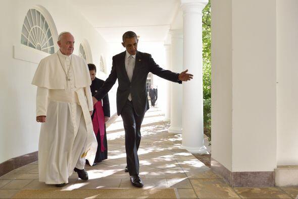 Francisco y Barack Obama caminan en el interior de la Casa Blanca.