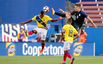 Clint Dempsey y Gabriel Achilier pelean un balón en el juego entre Estad...