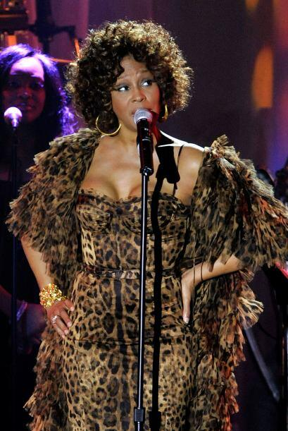 Para Noviembre del mismo año, la siempre glamorosa Whitney Houston apare...