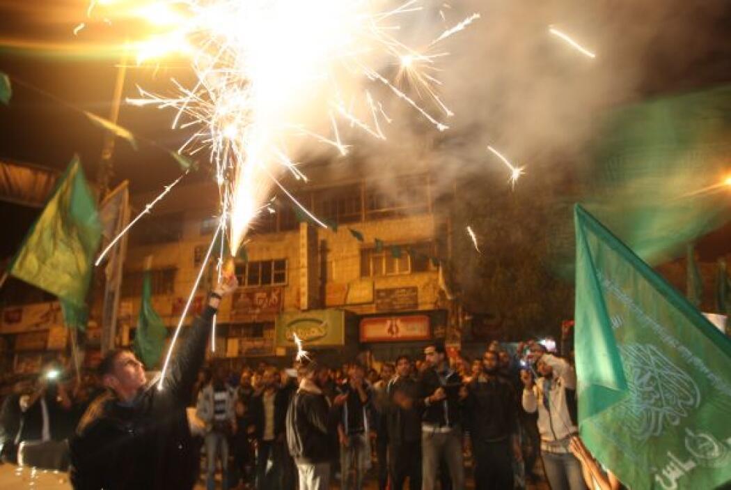 También en Cisjordania, en la ciudad de Ramala, se lanzaron algunos fueg...