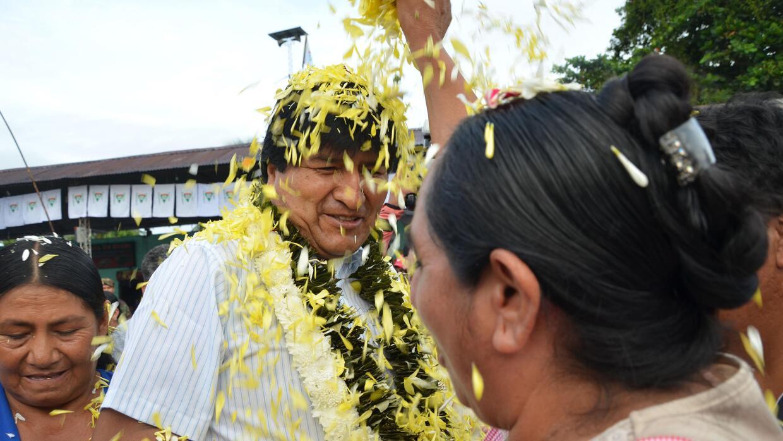 Con pétalos recibieron a Morales en el centro de votación de Villa.