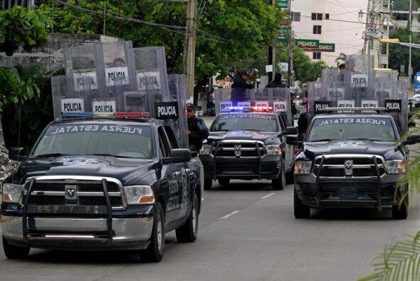 Cientos de policías estatales con miembros de la Policía antimotines ing...