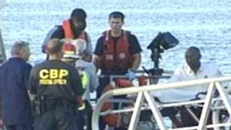 El Servicio de Guardacostas informó que rescató a al menos 16 personas d...