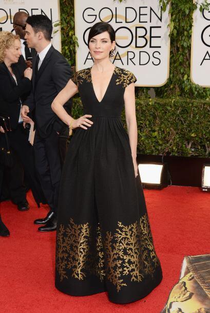 El vestido de Andrew Gn, de Julianna Margulies combinó el dorado...