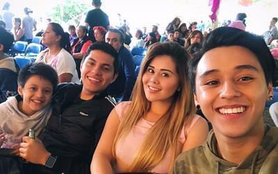 Gomita con su novio y hermanos.