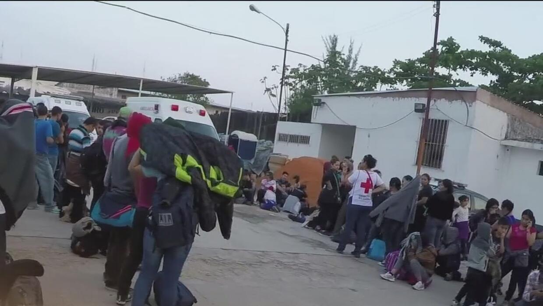 Encuentran a más de 100 centroamericanos hacinados dentro de un camión d...