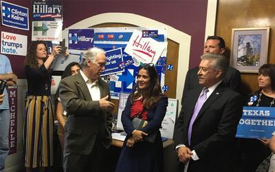Salma Hayek en la capital texana promoviendo el voto a favor de Hillary...