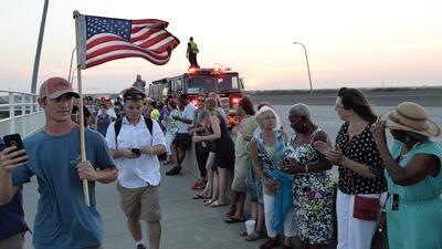Cadena humana conmemora víctimas de Charleston.
