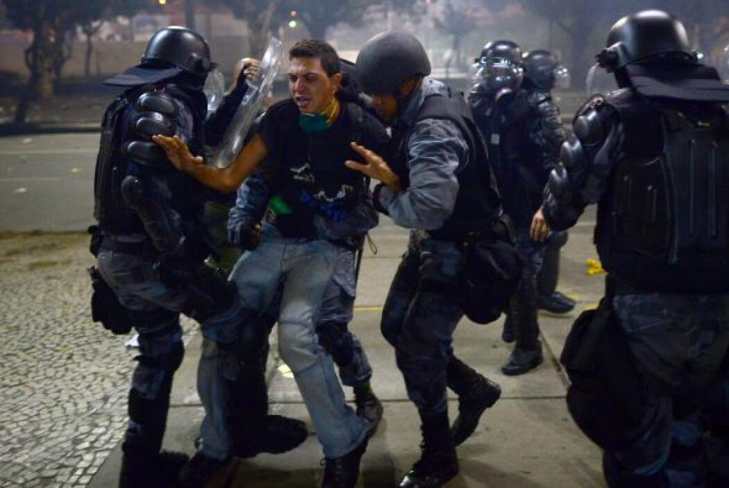 Enfrentamientos con la policía allí y en otros sitios del centro de la c...