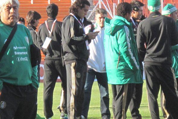 El veterano Carlos Reinoso en escena junto a parte del plantel. El ´Tri´...
