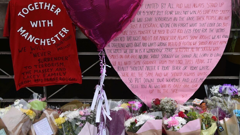 Con flores ciudadanos de Reino Unido rinden tributo a las víctimas del a...