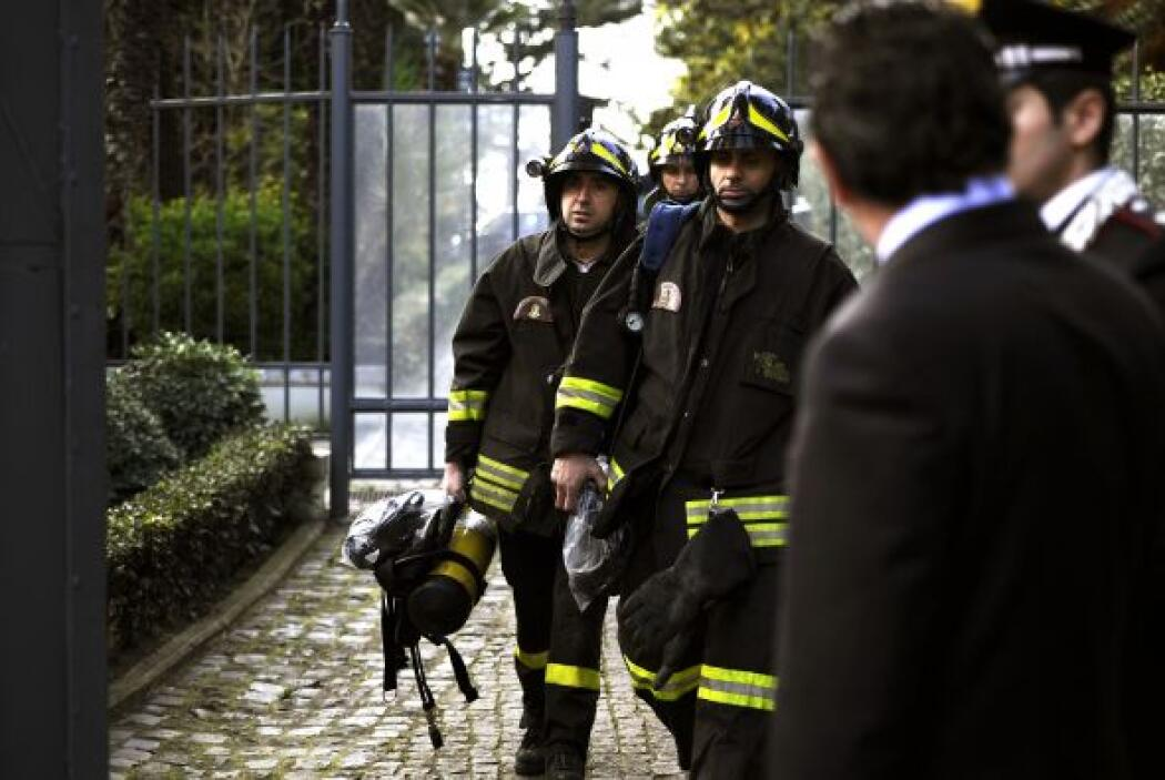 El alcalde de Roma, Gianni Alemanno, hablando en las afueras de la embaj...