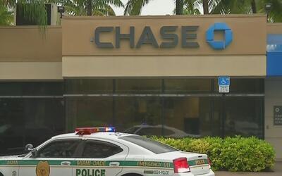 Un hombre fue apuñalado en un banco Chase de Kendall