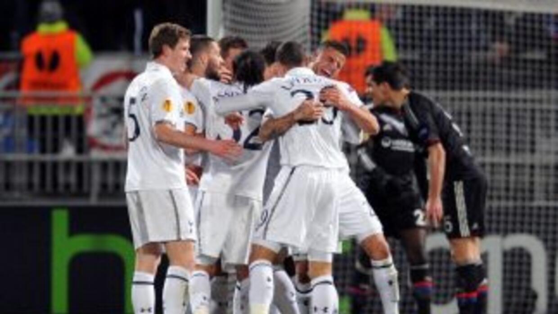 Tottenham celebra el gol de Dembele que les clasifica en la Liga Europa.