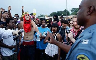 Zona de batalla y toque de queda en Ferguson, Missouri