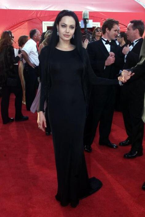 Hasta Morticia Addams está más cuerda que Angelina Jolie cuando decidió...