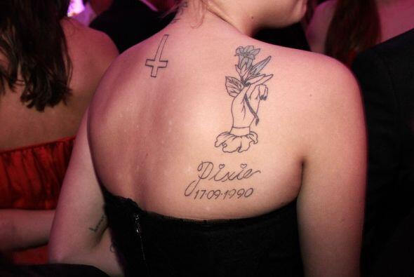 Por una parte en la espalda tenía una cruz volteada.