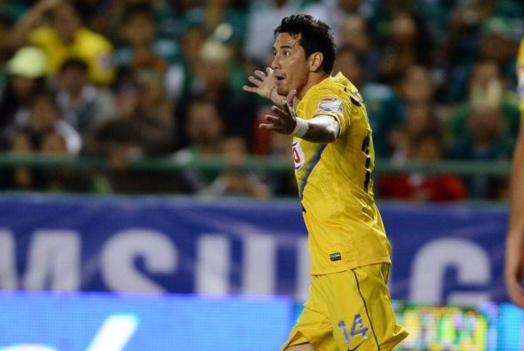 Rubens Sambueza reclamó constantemente al árbitro central.