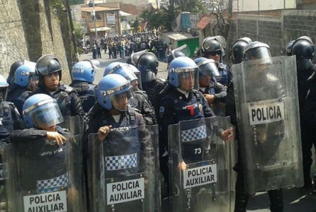 Dos policías fueron retenidos por los pobladores y llevados a la iglesia...