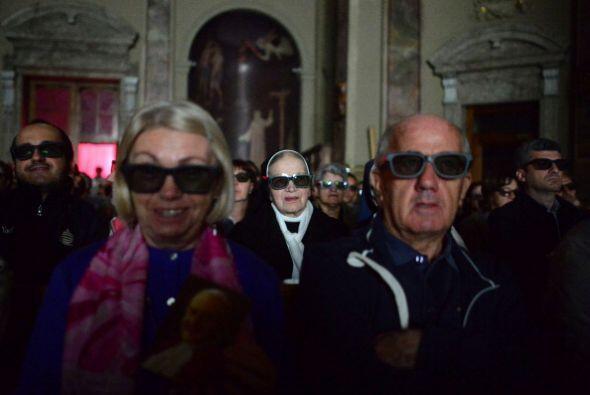 Resulta que en Italia transmitieron la misa en 3D en algunas iglesias.