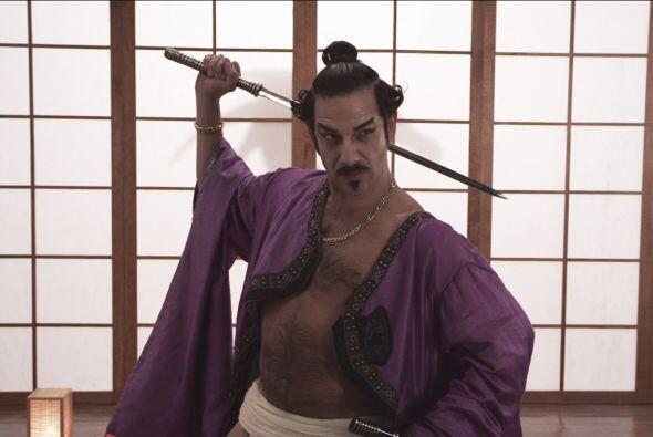 Él observa con su traje samurai cómo pelean por su amor.