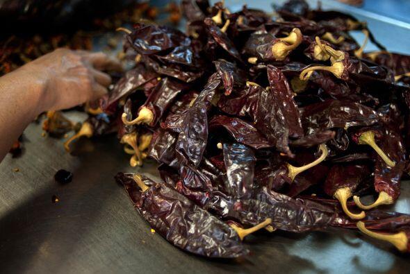 Ingredientes como  las almendras, el ajonjolí, chiles secos y el...