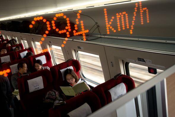 Los trenes en la línea más reciente de alta velocidad corr...