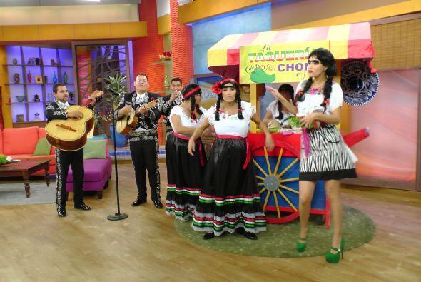 El mariachi acompañó a estas cuatro damas y los clientes comenzaron a ll...