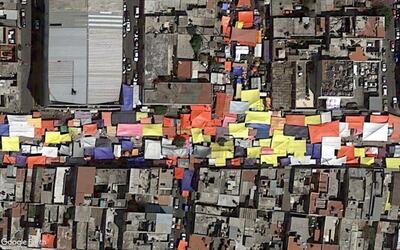 Los techos de los comercios informales serpentean por la ciudad y son te...