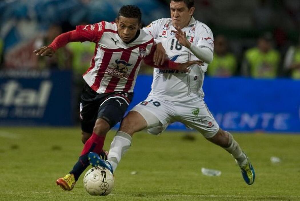 Jorge Nuñez del Caldas, y Vladimir Hernández dispuitan un balón en el es...