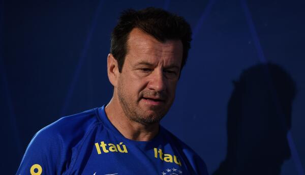 El técnico brasileño dijo que su puesto no corre peligro por los resulta...