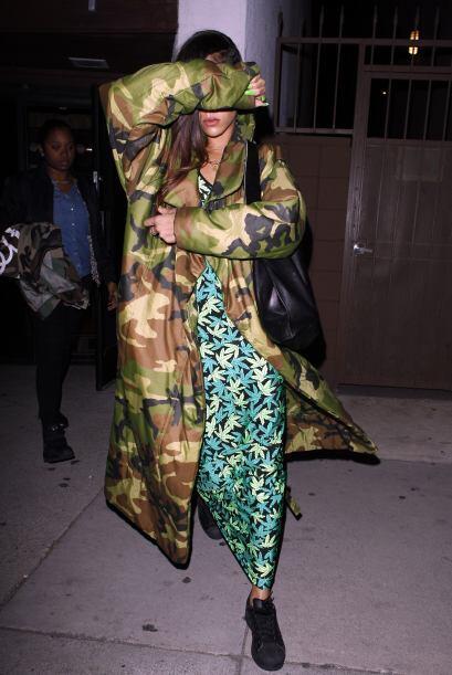 Con esta versión de 'print' militar, Rihanna causó polémica en su vestid...