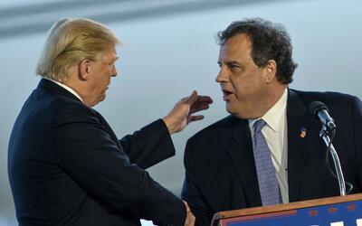Trump saluda a Christie en un evento de campaña en marzo en Ohio.